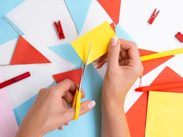 Donna che fa decorazioni di carta e clip