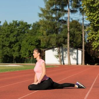 Donna che fa esercizi di stretching