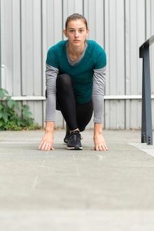Donna che fa esercizi sportivi