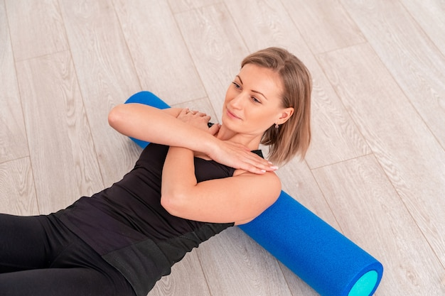 Donna che fa esercizio con un rullo