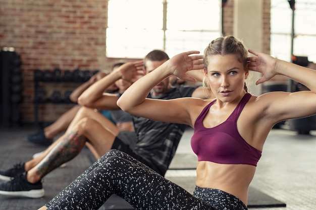 Donna che fa esercizio dell'abs al cardio corso