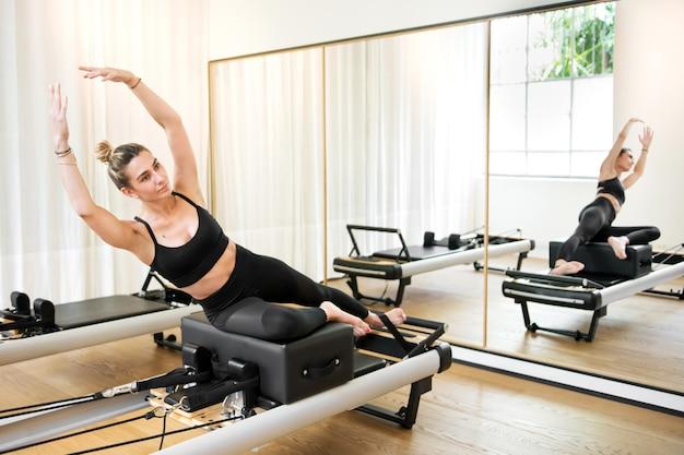 Donna che fa esercizio di yoga della sirena
