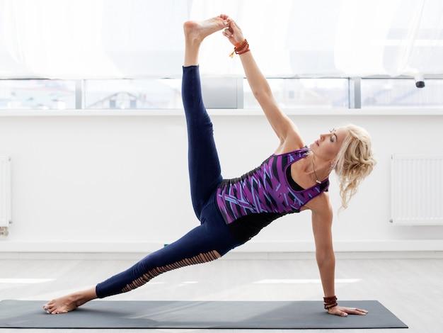 Donna che fa esercizio di yoga
