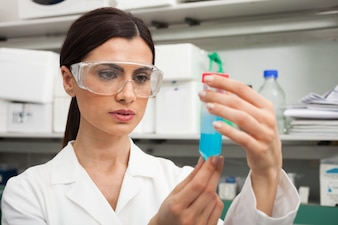 Donna che fa esperimenti in un laboratorio