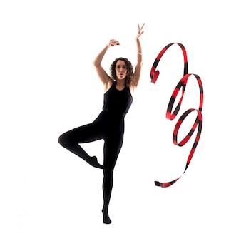 Donna che fa ginnastica ritmica con il nastro su fondo bianco isolato