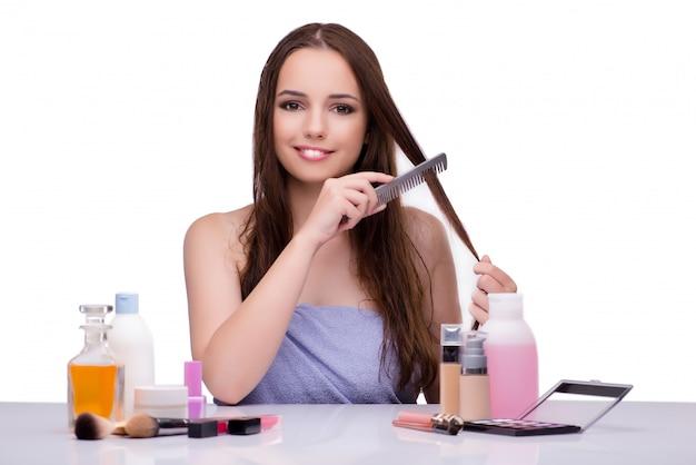 Donna che fa i capelli isolati su bianco