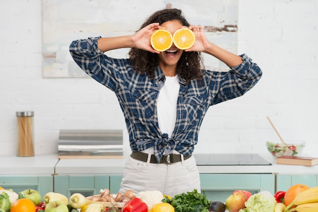 Donna che fa i fronti divertenti con le arance