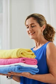 Donna che fa i lavori domestici a casa