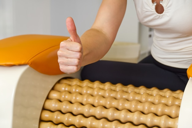 Donna che fa il massaggio per il femore della gamba.