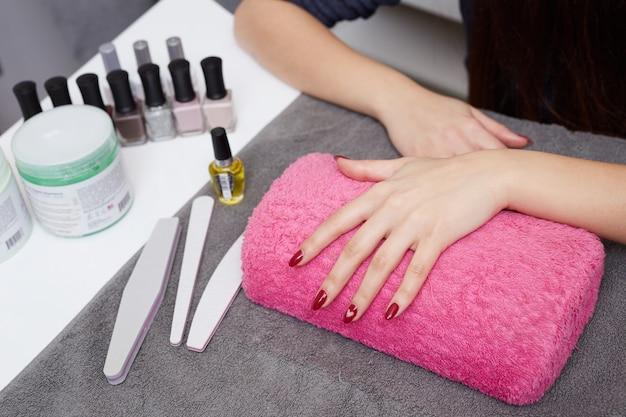 Donna che fa la manicure