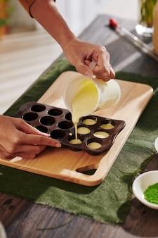 Donna che fa le caramelle al cioccolato
