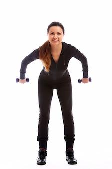 Donna che fa le esercitazioni di forma fisica con i pesi