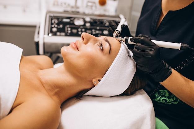 Donna che fa le procedure di bellezza ad un salone di bellezza