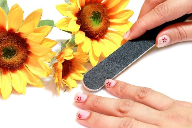 Donna che fa manicure