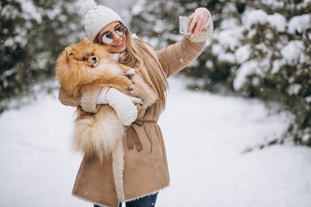 Donna che fa selfie con cane in inverno