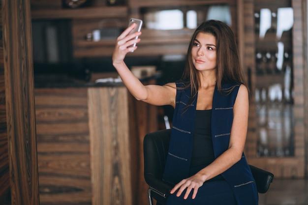 Donna che fa selfie sul suo telefono