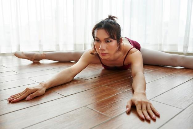 Donna che fa spaccatura sul pavimento