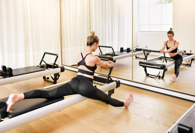 Donna che fa un allungamento esercizio di pilates affondo