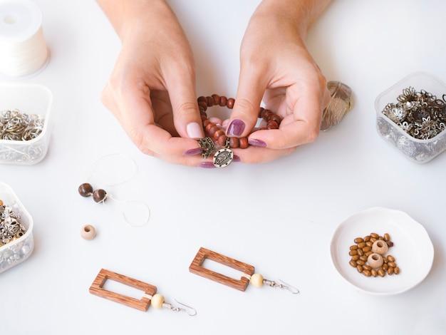 Donna che fa un braccialetto di perle