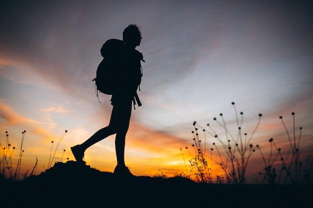 Donna che fa un'escursione nelle montagne