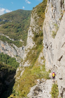Donna che fa un'escursione sul percorso del maturo nei pirenei