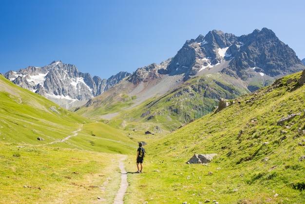 Donna che fa un'escursione sulle montagne