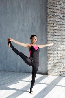 Donna che fa un'estensione della gamba laterale