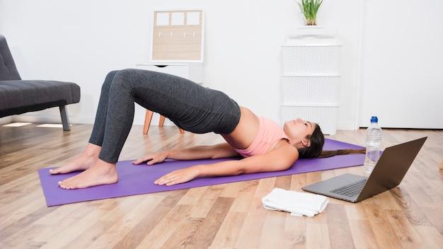 Donna che fa yoga a casa