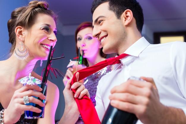 Donna che flirta con il barista