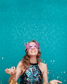 Donna che getta con glitter e nastri vista frontale