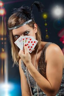 Donna che gioca a poker con scala