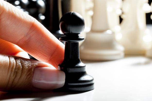 Donna che gioca a scacchi
