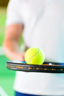 Donna che gioca a tennis nel fitness club