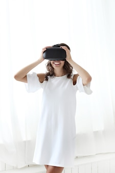 Donna che gioca alla realtà virtuale