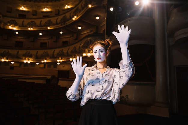 Donna che gioca una performance di pantomima