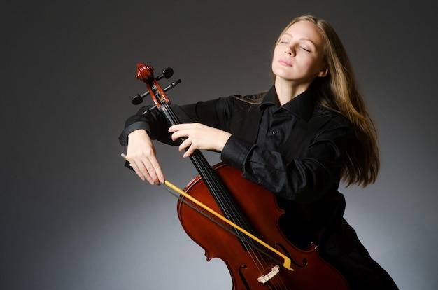 Donna che gioca violoncello classico nel concetto di musica