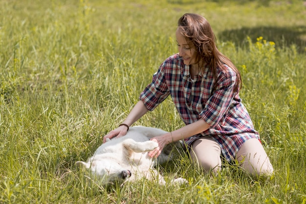 Donna che gode con un cane in campagna