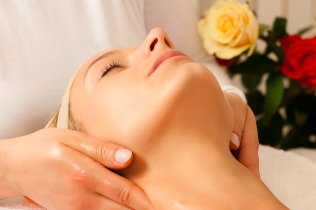 Donna che gode del massaggio testa benessere