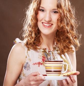 Donna che gode dell'immagine alta vicina di tempo del caffè