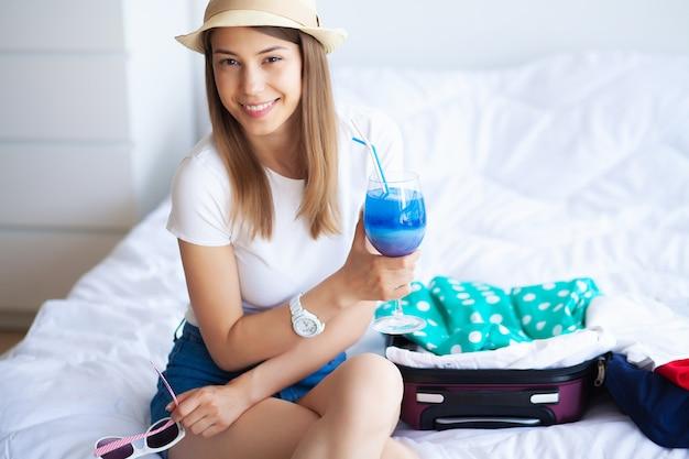 Donna che gode delle vacanze estive in una camera di albergo