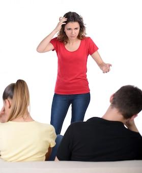 Donna che grida al suo fidanzato e alla sua padrona.