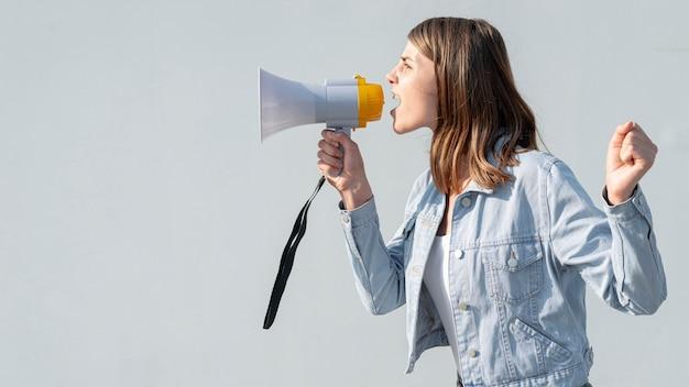 Donna che grida con il megafono alla dimostrazione