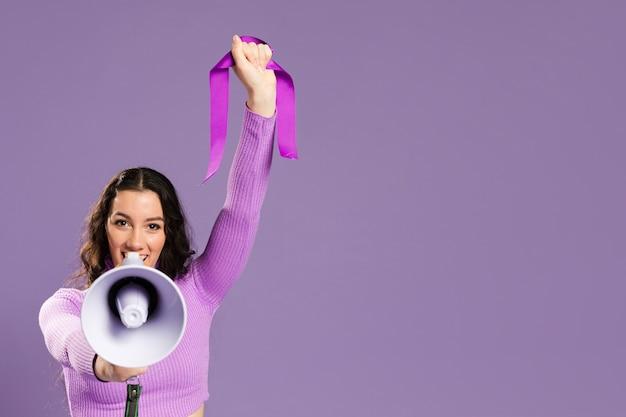 Donna che grida nel megafono e nello spazio della copia
