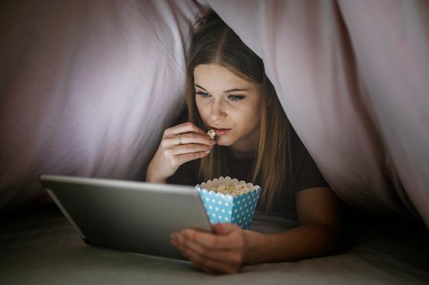 Donna che guarda film su tablet