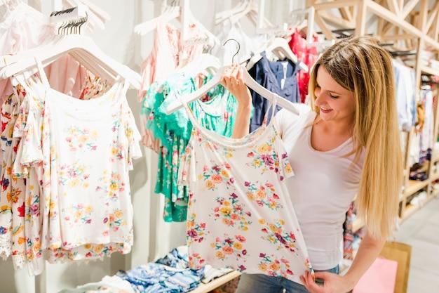 Donna che guarda i vestiti in negozio
