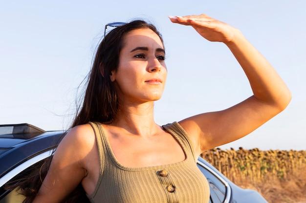 Donna che guarda il sole mentre vi godete la natura