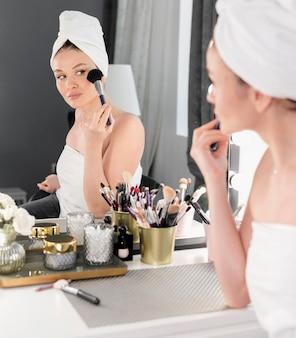 Donna che guarda in alto nello specchio