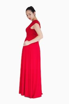 Donna che guarda sul retro del vestito rosso