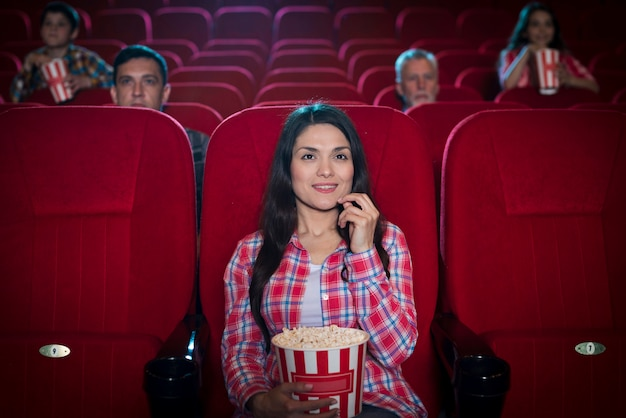 Donna che guarda un film nel cinema