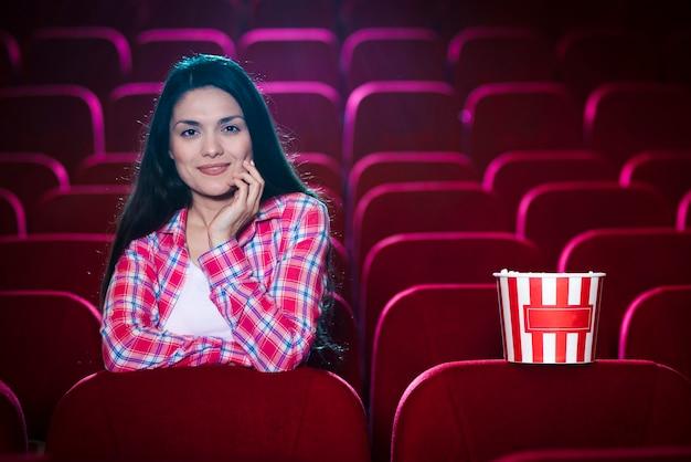 Donna che guarda un film nel cinema